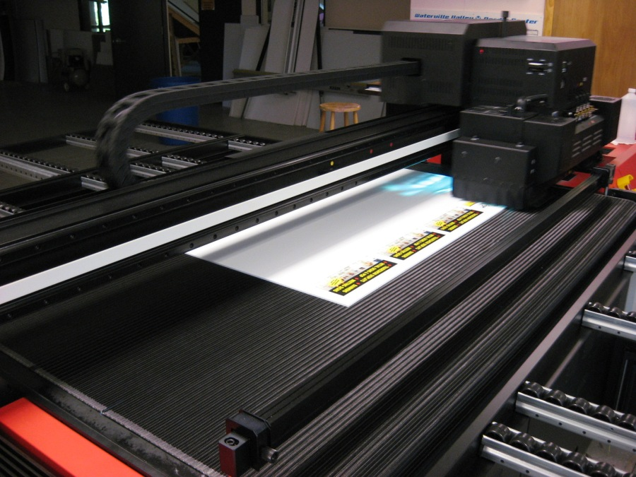 Flatbed printer using UV Cured Inks